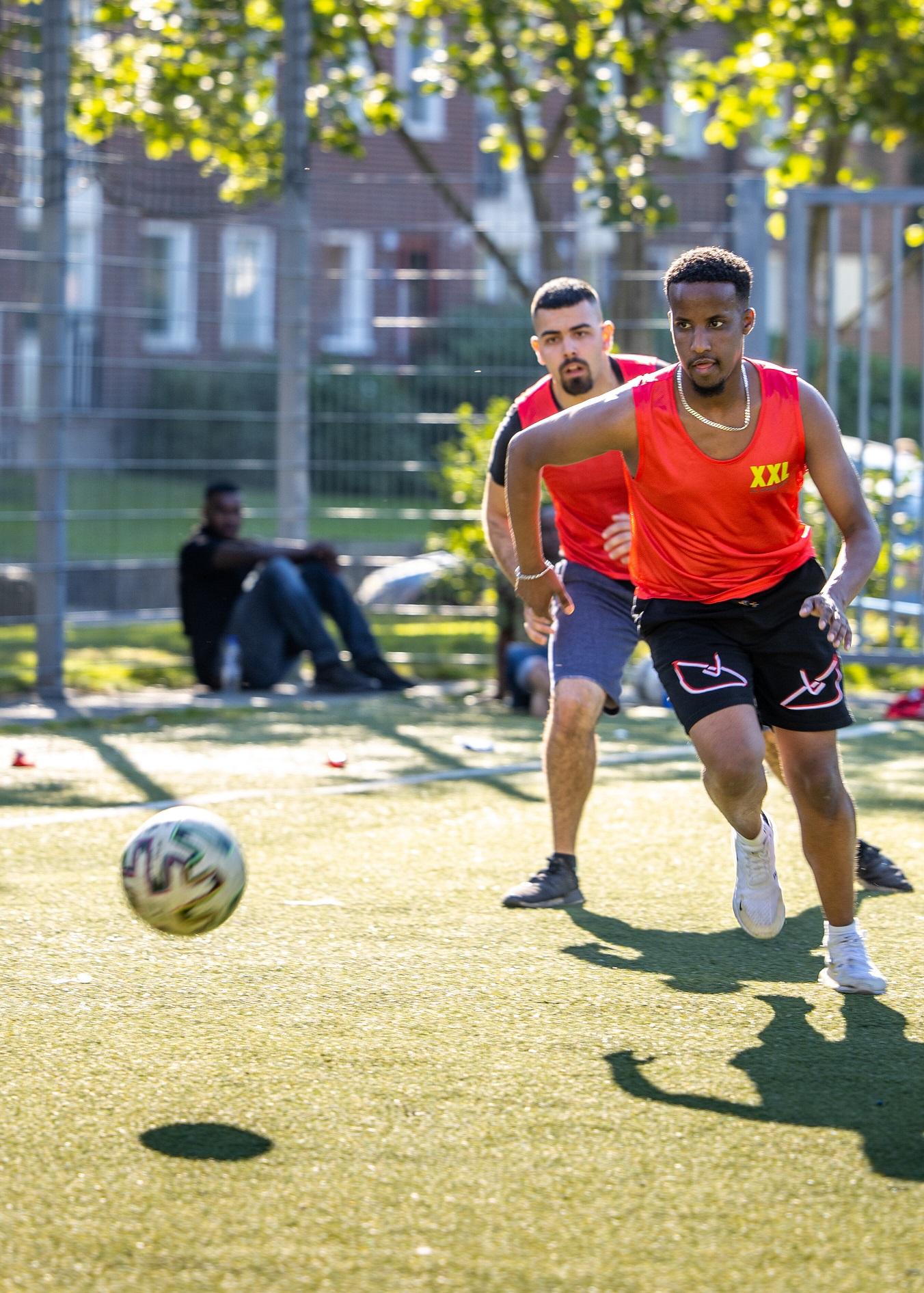 Ungdomar spelar fotboll i en fotbollsturnering i Norra Biskopsgården. Turneringen finansieras av boendebudgeten i Norra Biskopsgården och för arrangemanget står Geesgud Ungdomsförening.